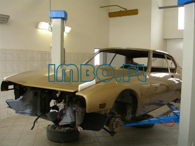 Авто механик при реставрации автомобилей - 1