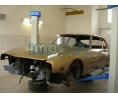 Авто механик при реставрации автомобилей